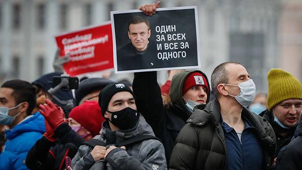 Slika navaljnog na protestu za njegovo oslobađanje iz zatvora