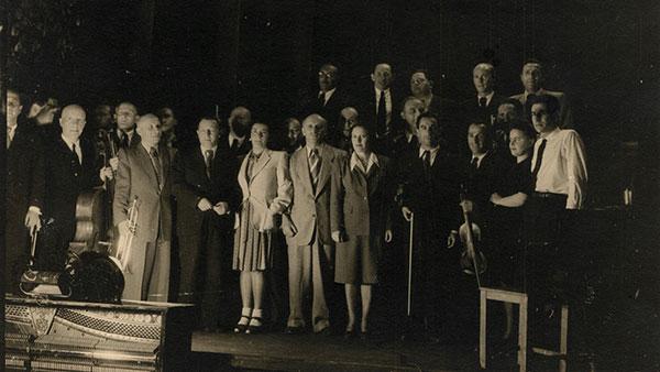 Leonard Bernstein (krajnje desno) sa bivšim članovima orkestra iz konc logora u maju 1948. u Minhenu, foto: Sonia Beker, US Holocaust Memorial Museum