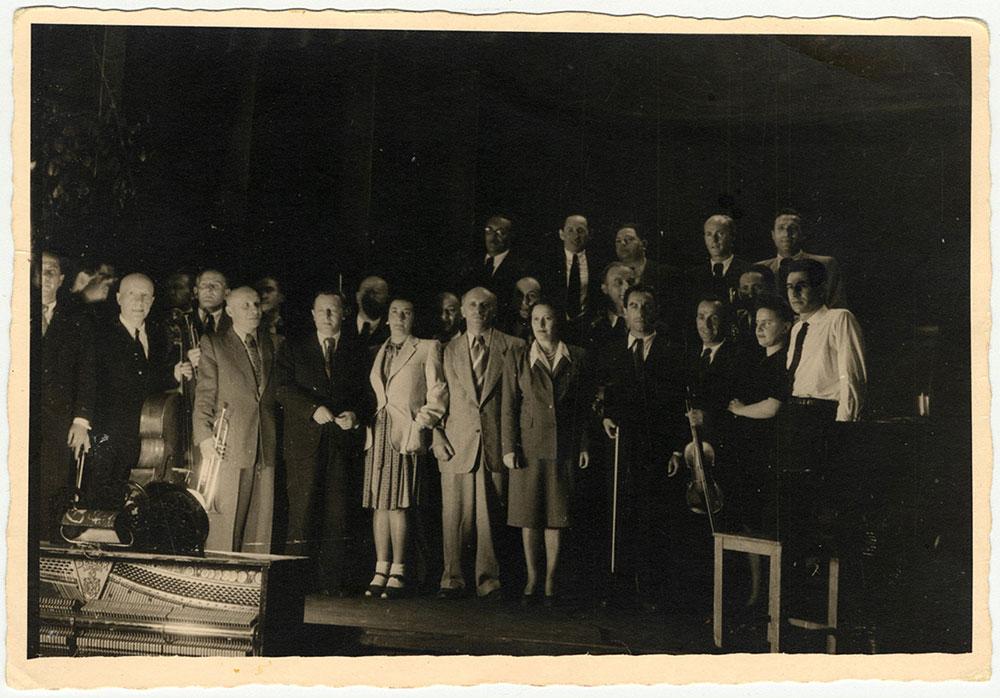 Leonard Bernstein (krajnje desno) sa bivšim članovima orkestra iz konc logora u maju 1948. u Minhenu