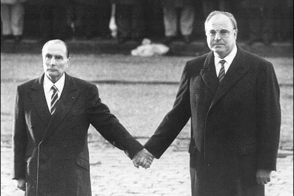 Povijesna fotografija Mitteranda i Kohla u Verdunu 1984.
