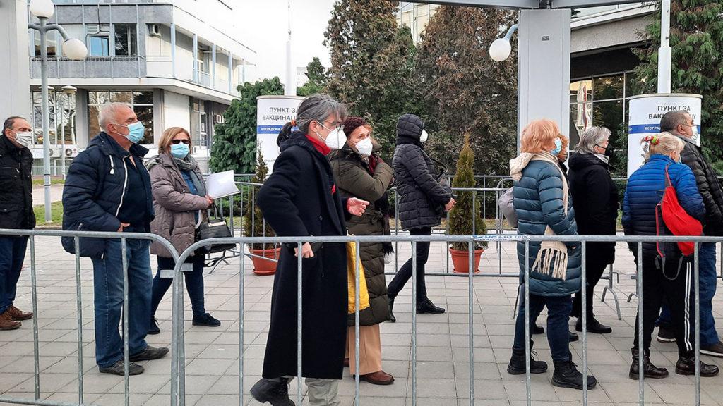 ljudi čekaju u redu za vakcinaciju