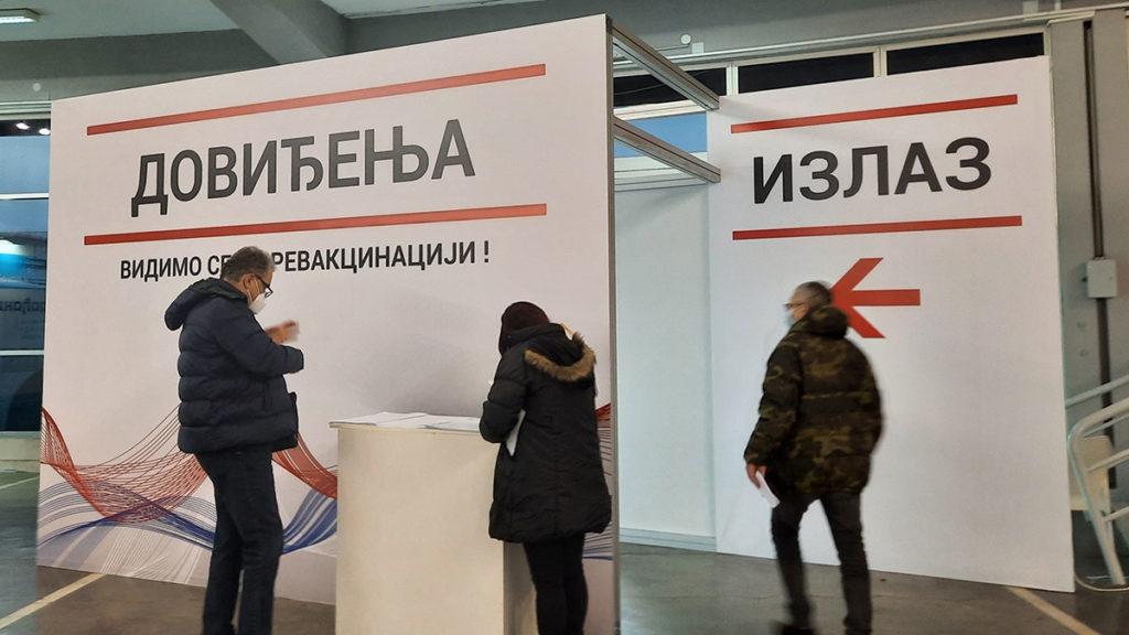 ljudi na Beogradskom sajmu tokom vakcinacije