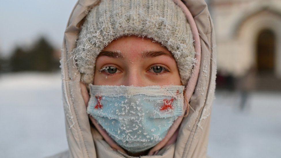 Sa protesta podrške Navaljnom u Sibiru: žena sa zamrznutom maskom na licu