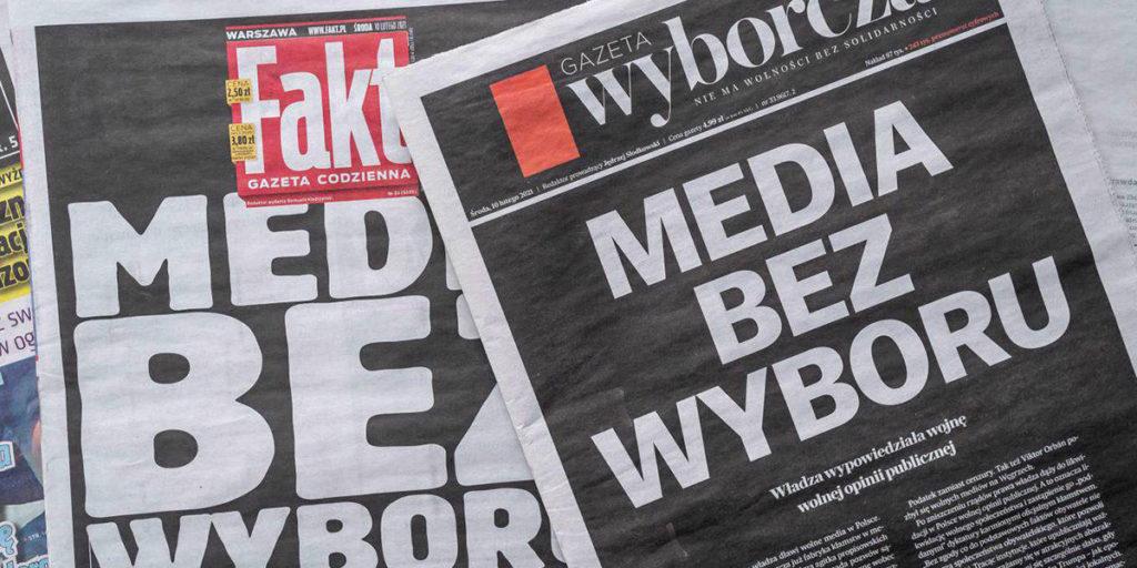 zatamljene naslovnice poljskih novina