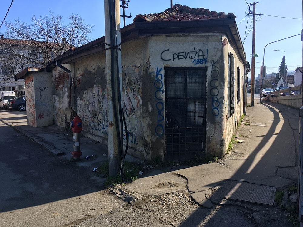 Oronula kuća na kojoj je ispisano: Srbija! 1389, Kosovo