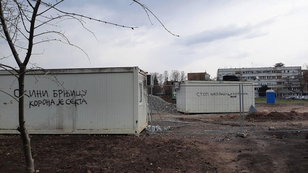 Kućice kontejneri na kojima je sprejem ispisano: Skini brnjicu, korona je sekta i Stop naseljavanju migranata