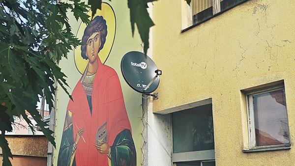 svetac naslikan na zidu zgrade