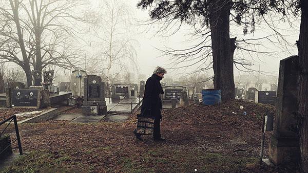 žena na groblju