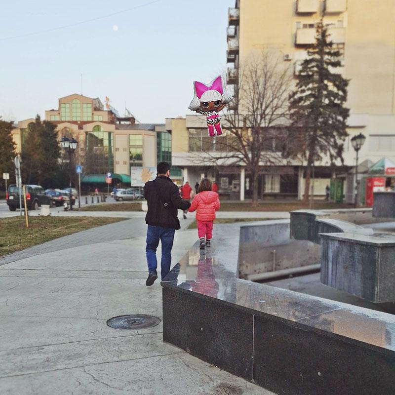 muškarac sa detetom u šetnji