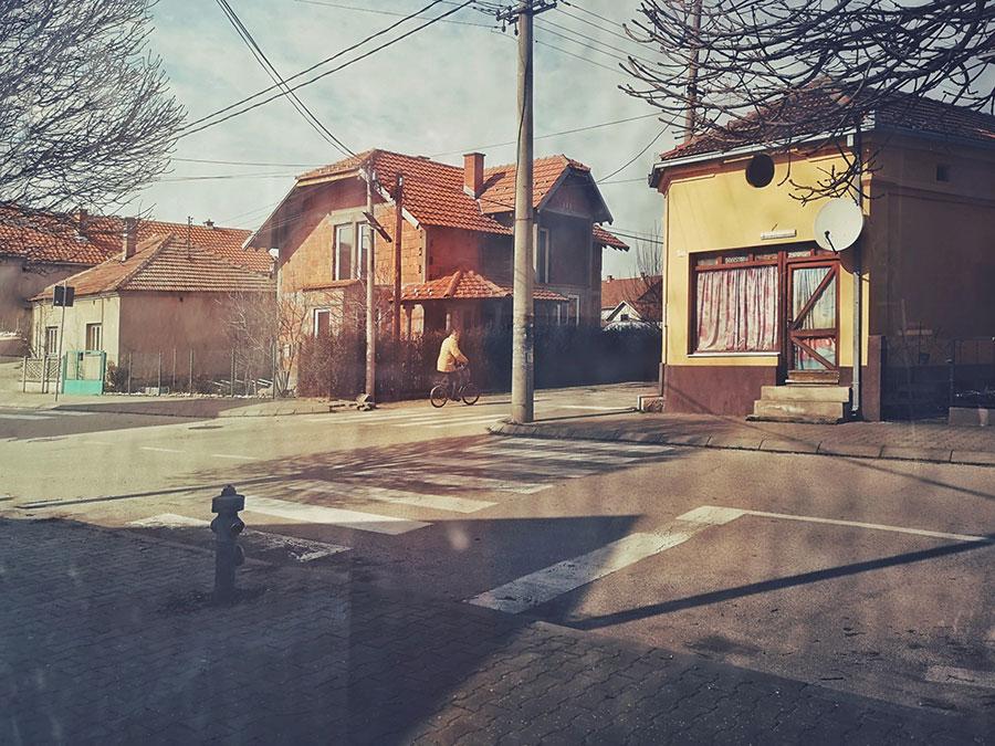 čovek na biciklu u praznoj ulici