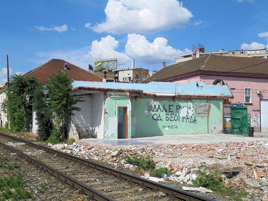 Natpis na porušenom zidu kuće: Dalje ruke od Beograda