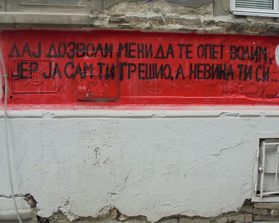 Natpis na zidu: Daj dozvoli meni da te opet volim, jer ja sam ti grešio, a nevina si ti...