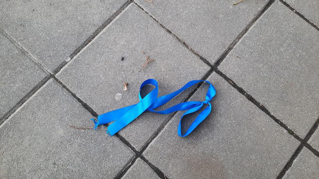 bačena plava trakica na ulici
