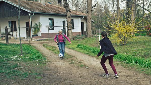 dve žene igraju fudbal