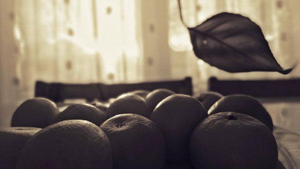 narandže na stolu