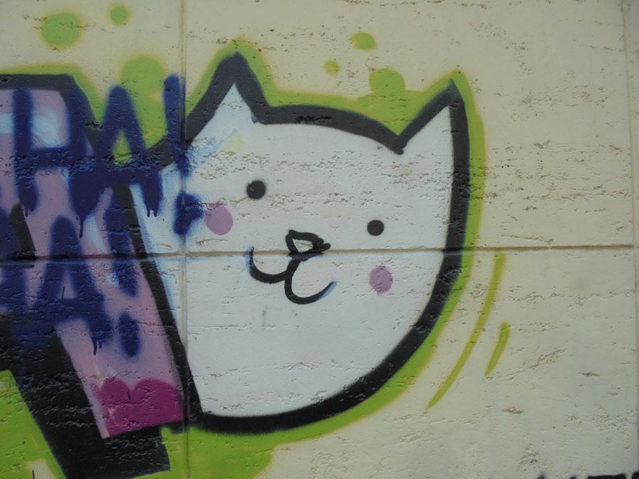 mačka nacrtana na zidu