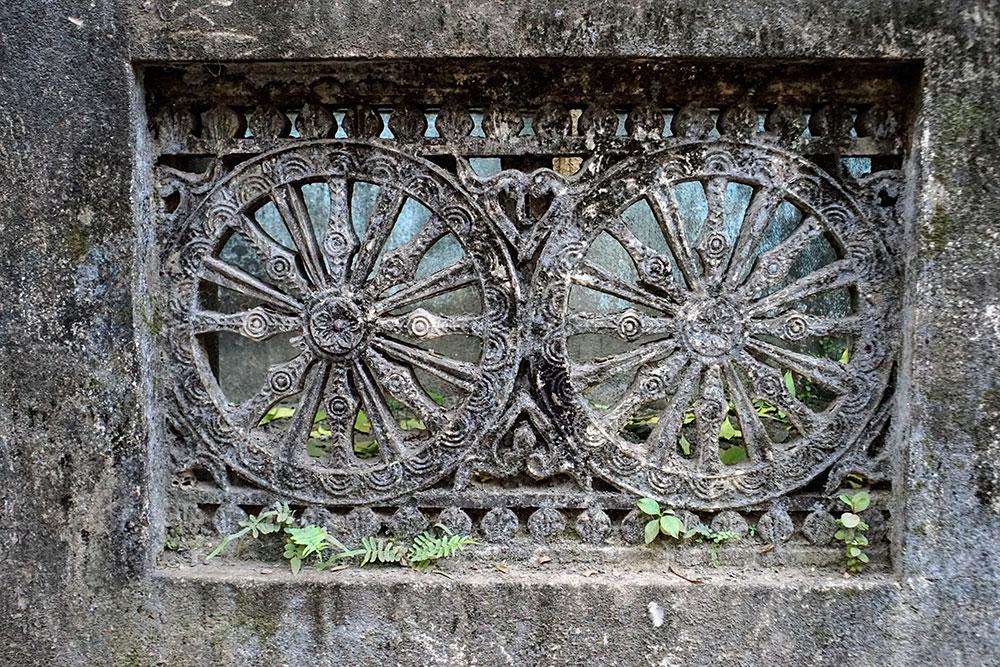 ograda ukrašena stilizovanim točkovima, fotografisana u Indiji