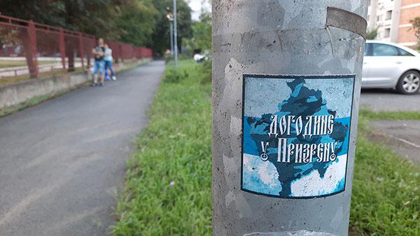 Nalepnica na kojoj piše: Dogodine u Prizrenu