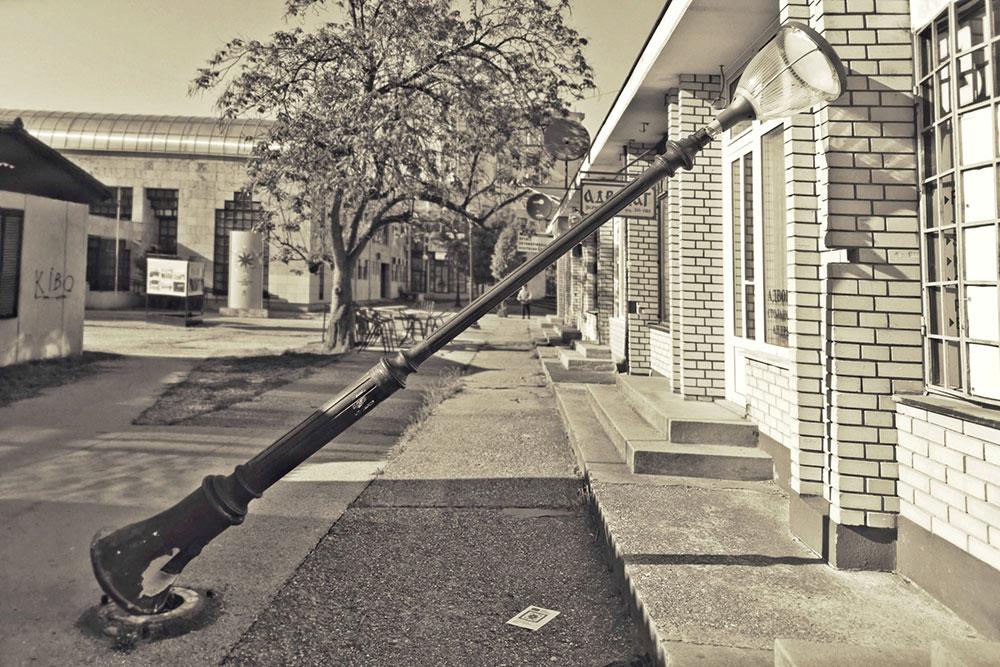 isčupana ulična svetiljka