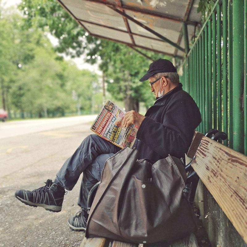 starac čita informer