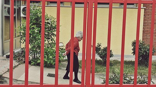 starica iza kapije