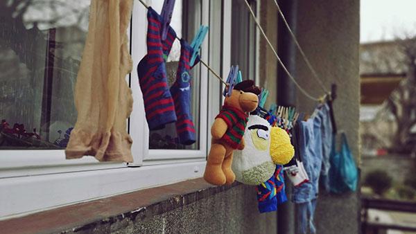 igračke zajedno sa vešom okačene za sušenje
