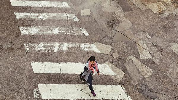 žena na pešačkom prelazu