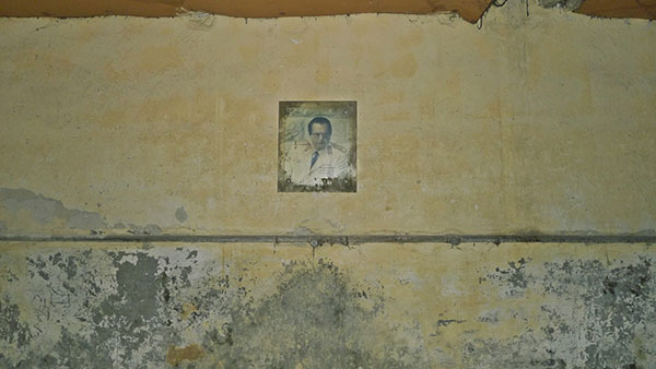 Izbledela Titova slika na zidu