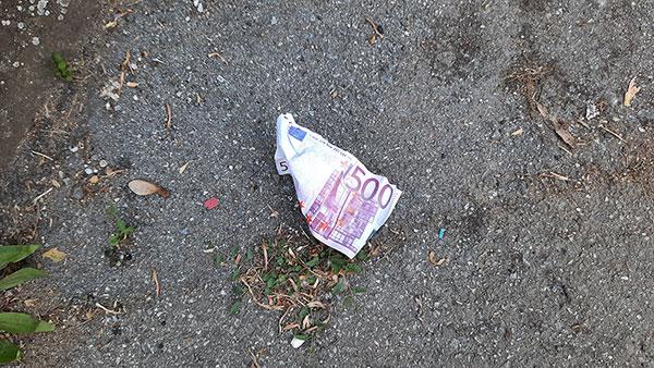 bačena novčanica, imitacija 500 eura