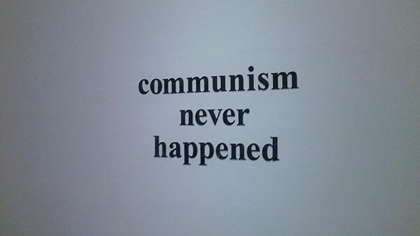 Natpis: communism never happened