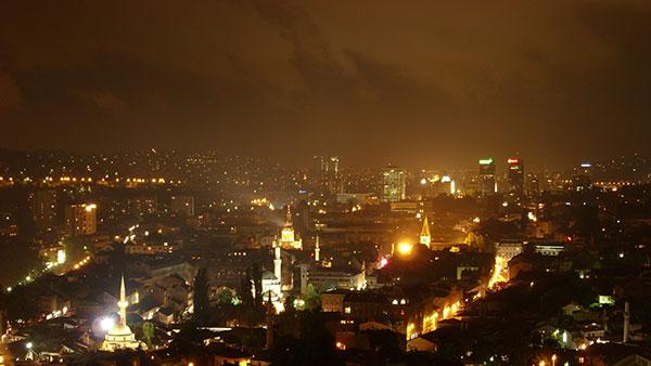 Sarajevo noću, foto: Julian Nyča/Wikimedia Commons