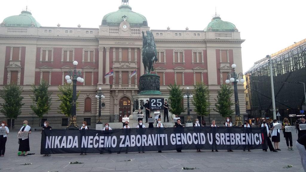 Žene u crnom na Trgu republike u Beogradu, foto: Peščanik