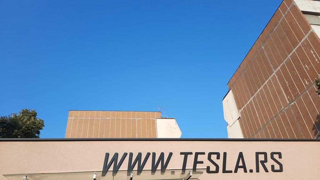 Natpis Tesla