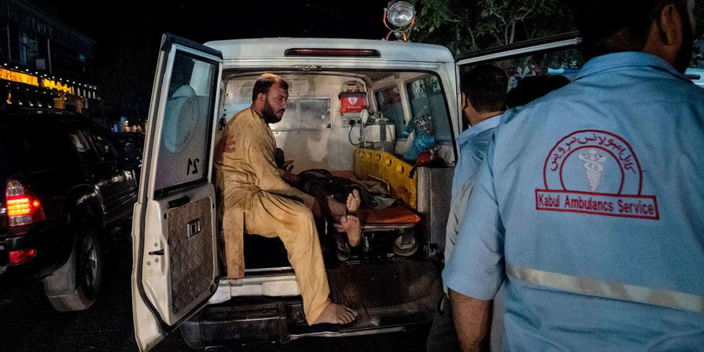 ambulantna kola prevoze ljude posle bombaškog napada u Kabulu
