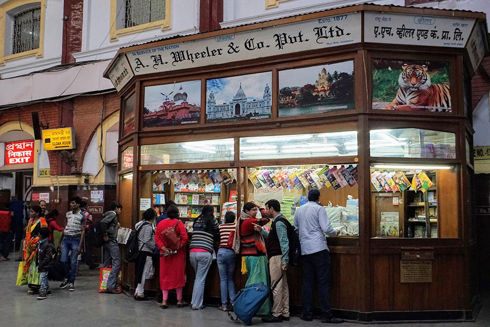 ljudi ispred štanda za novine u Indiji