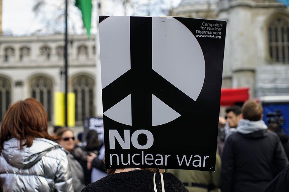 Transparanet sa protesta na kome piše: No nuclear war