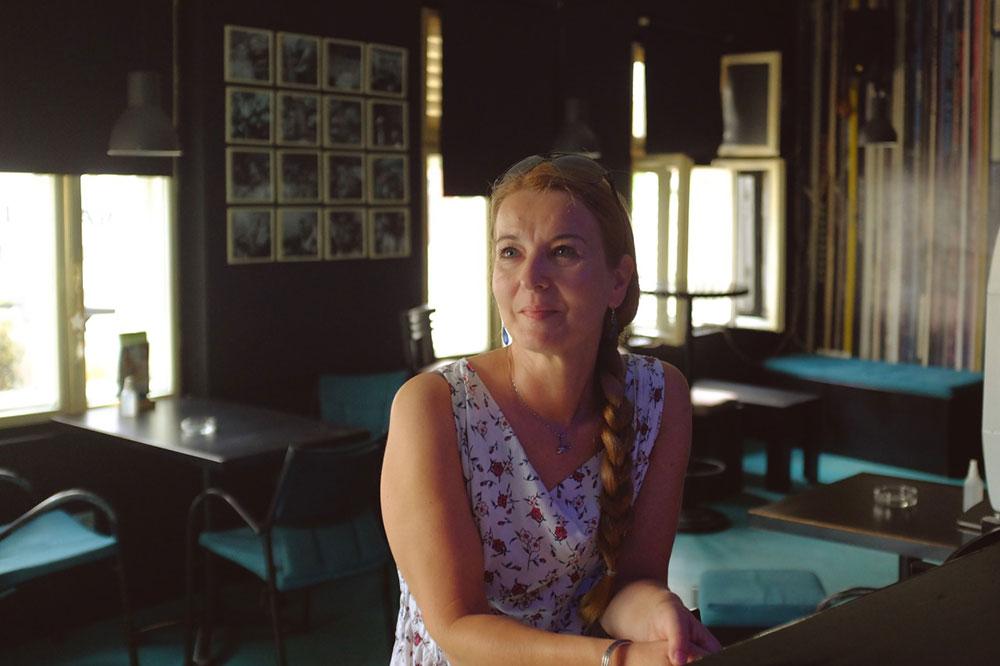 žena u kafiću