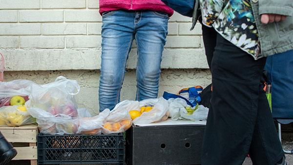 voće na gajbicama na ulici za prodaju