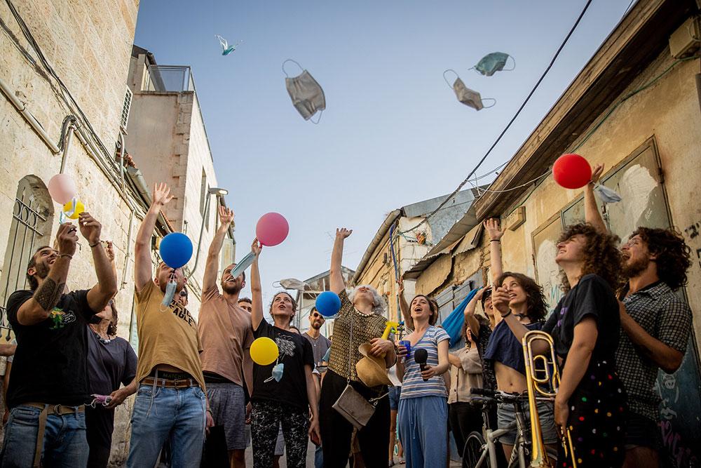 Jerusalem, 18.4.2021, ljudi bacaju zaštitne maske u vazduh