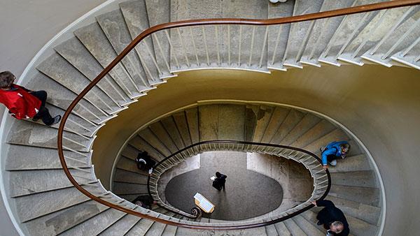 ljudi se penju stepenicama