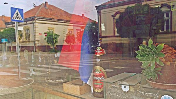 zastava i pivo u izlogu