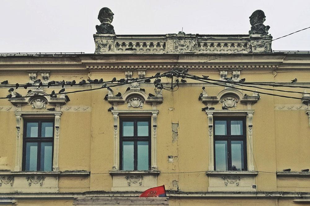 srpska zastava na oronuloj zgradi