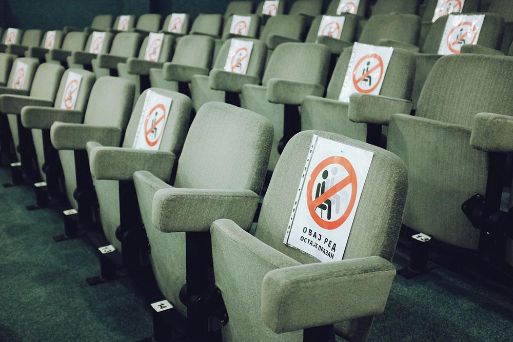 sedišta u pozorištu na kojima je zabranjeno sedeti zbog korona virusa