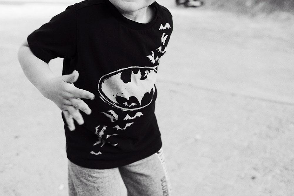 dete u majici sa znakom Batman-a