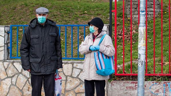 ljudi sa zaštitnim maskama na licu