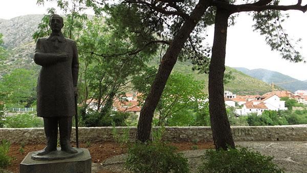 Spomenik Aleksi Šantiću u Mostaru, vajar Nikola Koka Janković