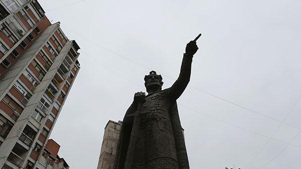 Spomenik knezu Lazaru u Kosovskoj Mitrovici