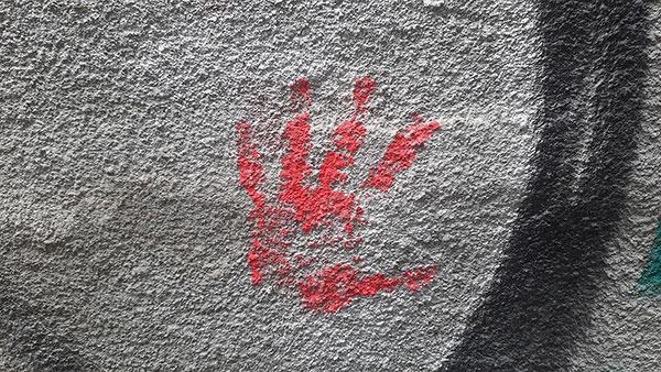 crveni otisak ruke na zidu