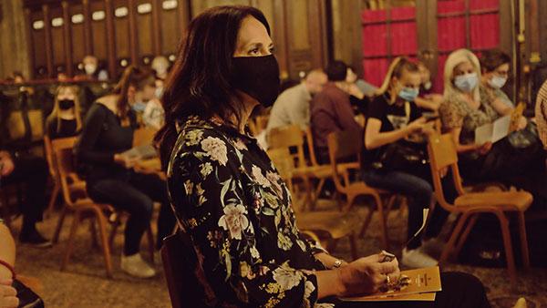 žena sa maskom na licu