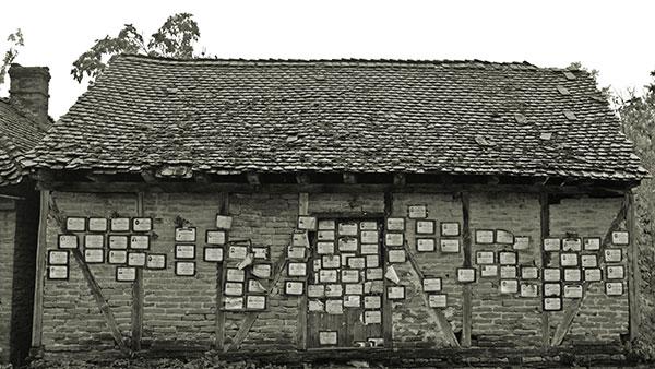 kuća oblepljena umrlicama